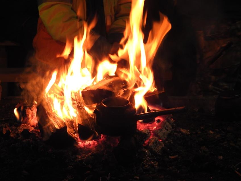 kaffepanna på öppen eld